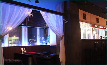 DJステージから見たフロア、奥の部屋を女性更衣室に使用します。